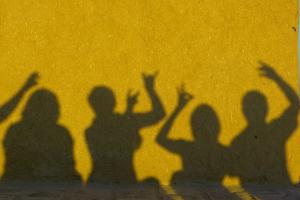 schimmenspel op een gele muur