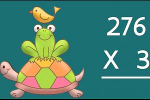 tekening van een vogel die op een kikker zit. De kikker zit op een schildpad. Daarnaast staat een cijferoefening van het type HTE x E