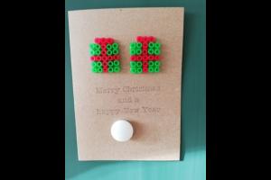 kerstkaart met figuur in strijkparels in vorm van cadeau
