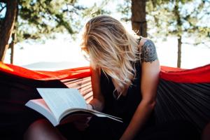 vrouw leest in een boek