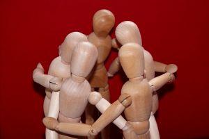Vijf houten figuurtjes