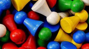 Verschillende kleurrijke spelpionnen