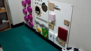 Foto snoezelhoek met verschillende materialen rond sensomotorische stimulatie.
