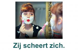 Dame die zich scheert : Zij scheert zich.