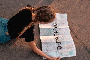 meisje dat op kaart kijkt