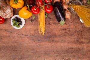 pasta en mediterraanse groenten op een keukenblad