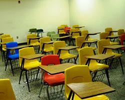 gekleurde stoelen in de klas