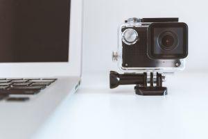 camera en een laptop
