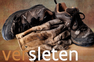 versleten schoenen en handschoenen