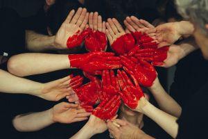 handen die samen een hartje vormen