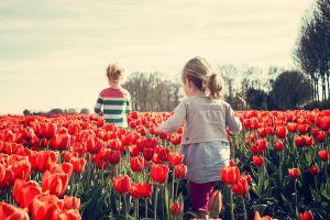 2 kinderen in een tulpenveld