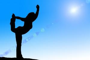 silhouet van een vrouw die op één been staat