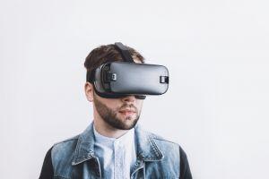Een man heeft een VR-bril aan.