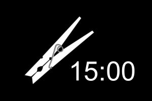 Wasknijper en digitale klok 15:00