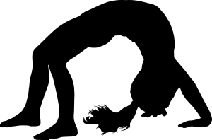 silhouette van meisje in brug