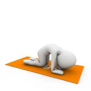 mannetje op een yogamat