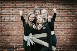 4 medewerkers van Pimento met een strik rond