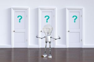 Drie deuren met vraagtekens en een lampjesmannetje dat moet kiezen