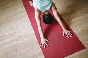 Persoon in yogahouding op yogamat