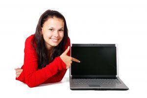 Meisje wijst naar laptop