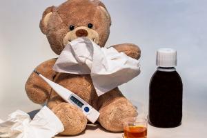 knuffelbeer met zakdoekjes en een koortsthermometer
