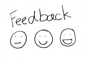 3 smileys (gewoon, blij, lachend) met tekst 'feedback'