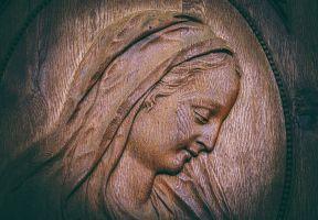 Beeld van Maria uitgesneden in hout