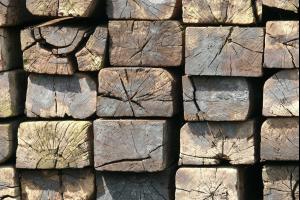 houten balken die op elkaar gestapeld zijn