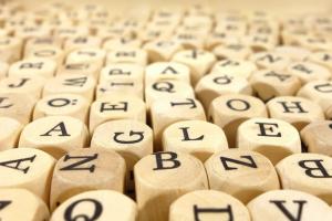 dobbelstenen met letters van het alfabet