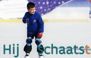jongen schaatst