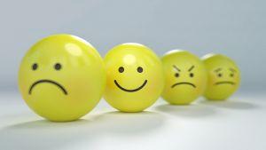 Gele ballen met een boos, blij, triest gezichtje