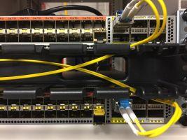 Afbeelding van switch met bijhorende kabels