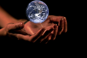 handen die de aarde vasthouden