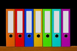 gekleurde klasseurs op een rij