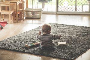 Peuter speelt met muziekinstrumenten