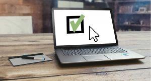 Laptop met een groen vinkje op het scherm.