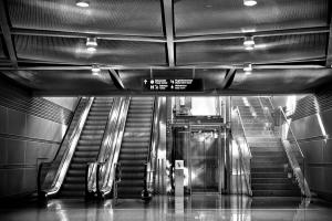 twee roltrappen, een lift en een gewone trap