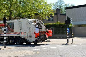 Vuilniswagen en twee vuilnismannen