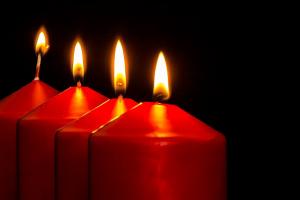 vier brandende kaarsen