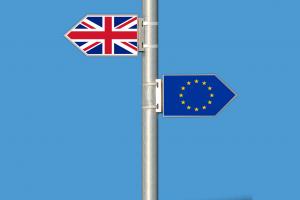 twee vlaggen wijzen elk een andere kant uit