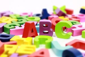 letters van het alfabet in verschillende kleuren