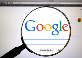 vergrootglas dat naar Google kijkt