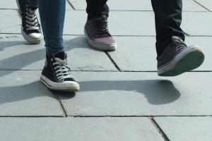 schoenen van mensen die aan het stappen zijn