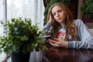 meisje met een smartphone vast