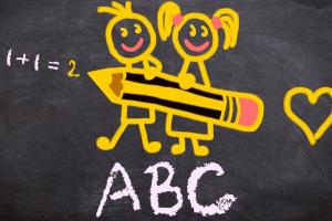 ABC staat op een schoolbord geschreven. Daarboven zijn twee mannetjes getekend.