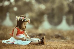 meisje leest in een boek