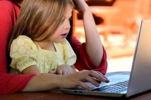 meisje achter een laptop