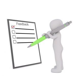 mannetje duid iets aan op een clipbord met feedback