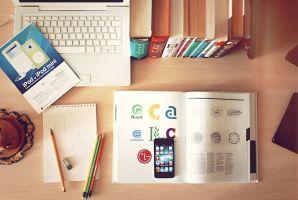 bureau met boeken, schrijfgerief...