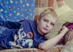 jongetje ziek in bed